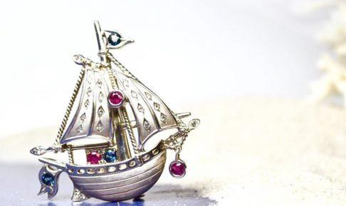 船モチーフのブローチ