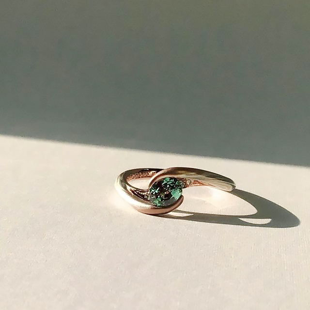 緑の宝石の婚約指輪