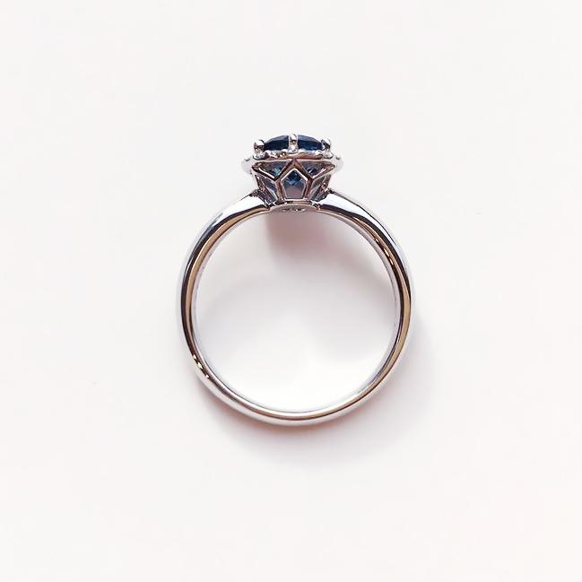 ブルートパーズ婚約指輪の側面